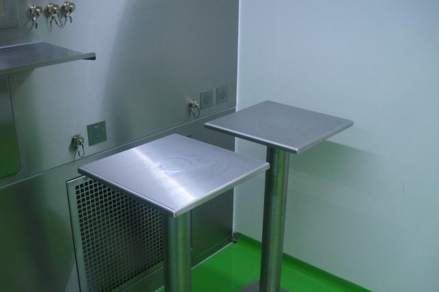Sampling booth under laminar air flow