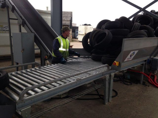 Roller conveyor for tyres handling