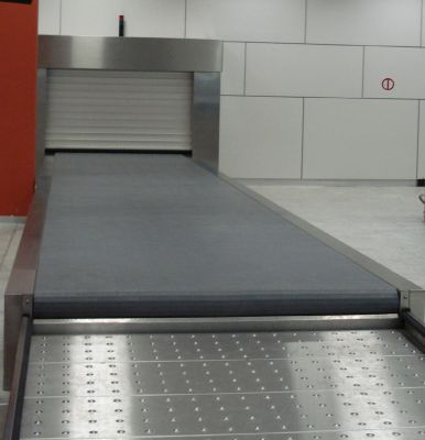 Arrival conveyor belt for standard and oversize luggage